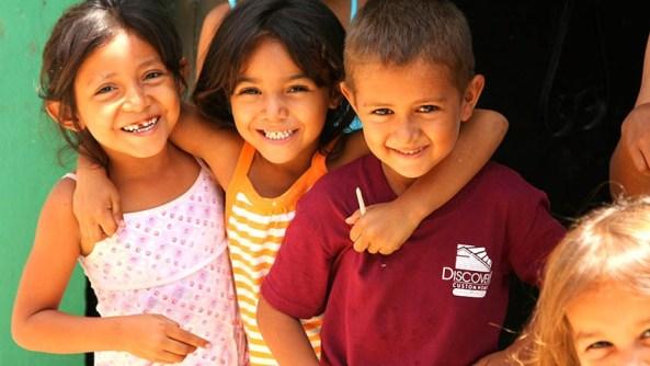 Empatia amigos amor grupo escuela educacion sonrisa mellada dientes dentista morena mirada caras psicologia fraternidad projimo respeto infancia trauma