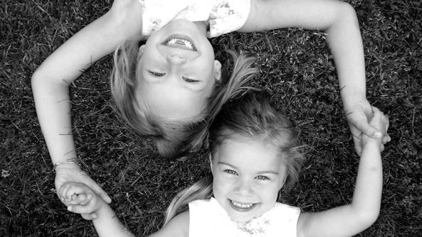 Importancia Aqui Ahora bienestar emocional psicologia presencia amistad abrazo sonrisa cesped tumbarse blanco negro mellado dientes rubia morena amiguitas