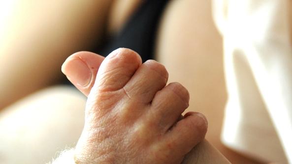 Confianza originaria bebes ninos infancia seguridad autoestima psicologia bebe amor deditos dedo agarrar mama papa madre padre esposa esposo familia embarazo consejos traumas felicidad feliz