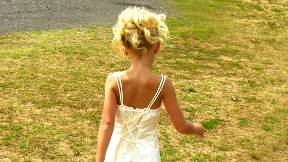Psicologia autoestima educacion confianza bienestar vida saludable mujer rubia nina tirantes vestido cesped paseo pasear espalda nuca bracitos belleza