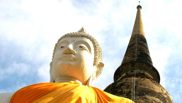 Aceptacion plena autoestima autoimagen respeto psicologia consciencia amor buda krishna estatua templo pico cupula cielo mirada labios naranja sari