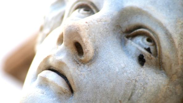 Alexitimia emociones inteligencia emocional sentimientos frialdad relaciones amor estatua lagrima mirada cristiana cielo rezar orar