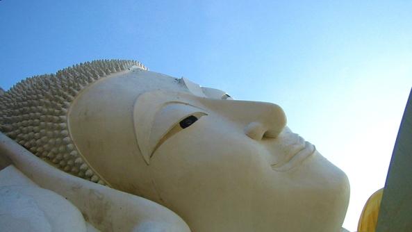 Concentracion meditacion espiritualidad yoga introspeccion consciencia despertar buda estatua asiatico mirada ojos cielo