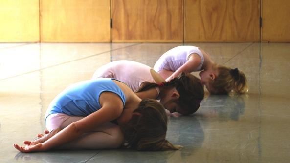 Relajacion serenidad mental psicologia ansiedad autoayuda sufrimiento estres miedo cambio despertar salud escuela aprender yoga clase chicas amigas maestra sala