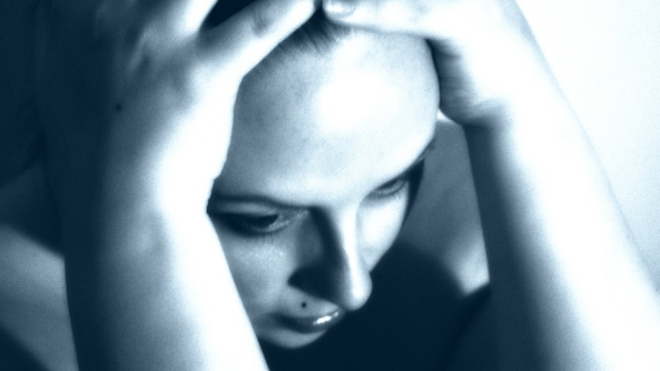 Pensamiento autodestructivo deepak chopra boicot psicologia infelicidad sufrimiento apego miedo inconsciencia chica mujer manos cabeza preocupacion lunar