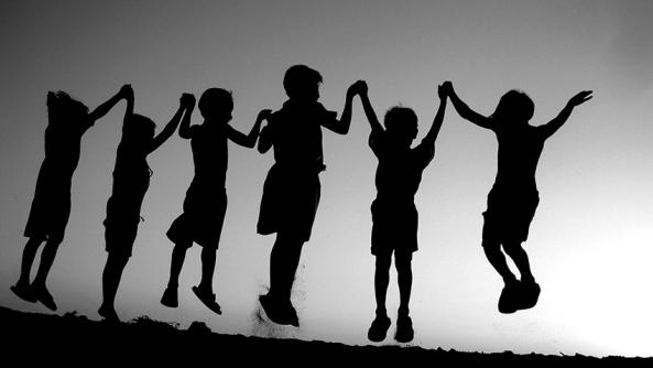 Mensajes toxicos ninos infancia educacion padres madres papa mama traumas consciencia amigos saltar horizonte sombra felicidad