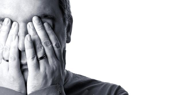 Ruido cabeza descanso bienestar salud saludable psicologia hombre traumas heridas ansiedad depresion manos anillo preocupacion huida miedo estres control silencio