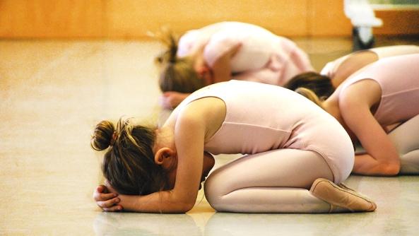 Infancia ninos bebes aprender aprendizaje primeros pasos yoga relajacion creencias traumas mitos inteligencia emocional habilidades esponja escuela sala relax
