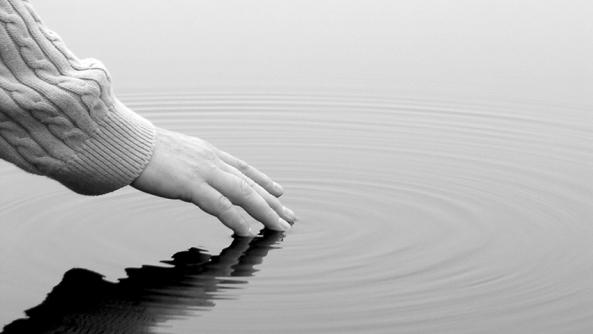Fluir emocional emociones sentimientos amor odio amistad amigos psicologia habilidad emocional inteligencia emotiva mano  rio lago ondas control autocontrol miedo