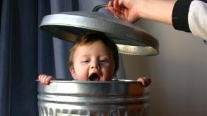 Elegir vivir suicidarse acabar todo suicidio miedo venas nino bebe basura tapa risa sonreir infancia felicidad feliz infelicidad infeliz miedo confianza padres madres papa mama
