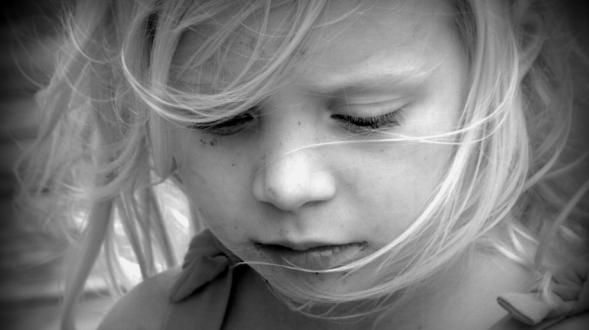 Como funciona mente funcionamiento cerebro nina rubia mirada ojos infancia padres madres papa mama hijos hijas educacion psicologia traumas miedos psicoanalisis neurologia neurona neuronal